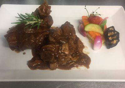 Cochon-de-lait-et-son-jus-au-romarin-légumes-et-écrasé-de-pommes-de-terre_Il-Brigantino_Montreux-2